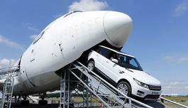 "Range Rover Sport táo bạo off-road trong ""bụng"" Boeing 747"