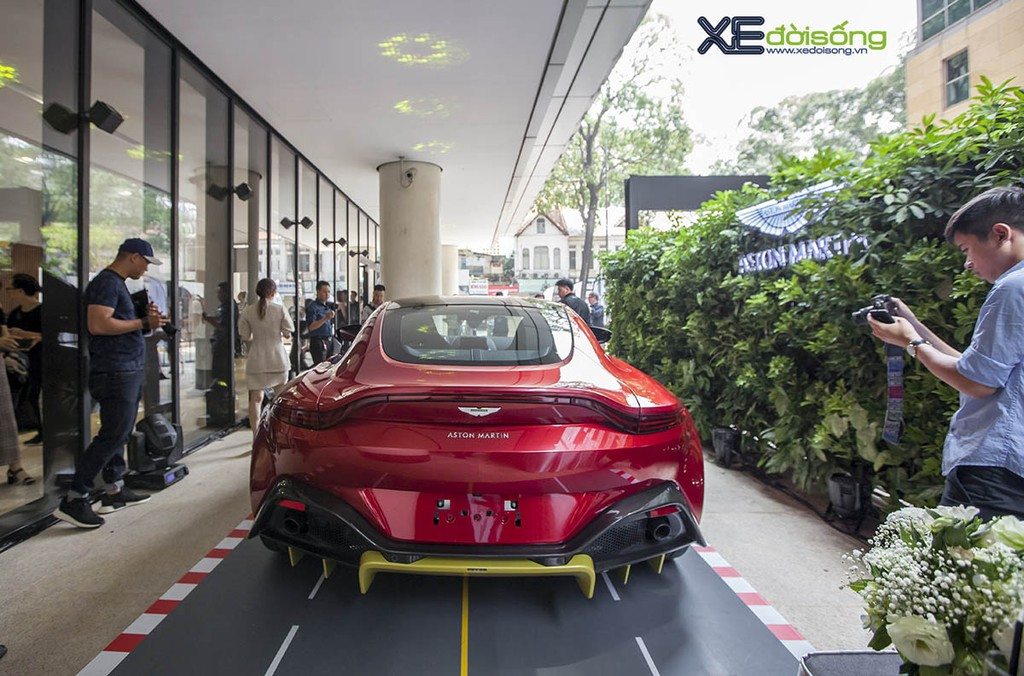 Chiem nguong Aston Martin New Vantage Hyper Red gia 15 ty doi thu Mercedes-AMG GT R
